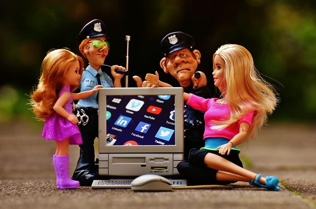 policie a Barbie