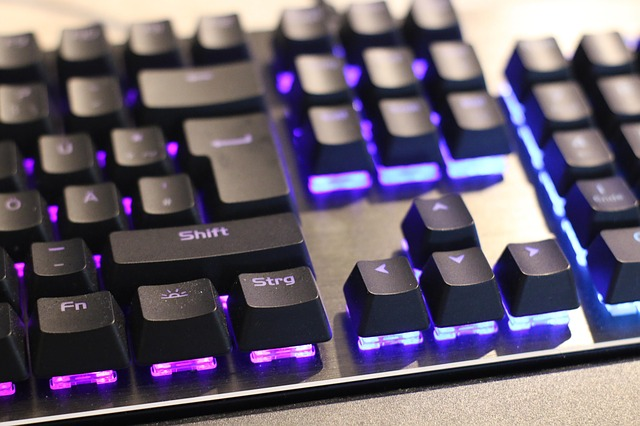 podsvícená mechanická klávesnice